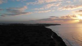 Красивые съемки трутня 4K захода солнца на Алгарве, Португалии видеоматериал