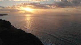 Красивые съемки трутня 4K захода солнца на Алгарве, Португалии акции видеоматериалы
