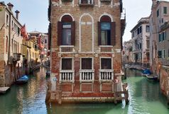 Красивые съемки туризма Венеции в Италии показывая каналы зданий и старую венецианскую архитектуру стоковые фото