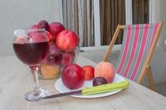 Красивые сладостные персики, нектарин и сливы стеклянное красное вино Стоковая Фотография RF