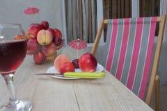 Красивые сладостные персики, нектарин и сливы стеклянное красное вино Стоковые Фото