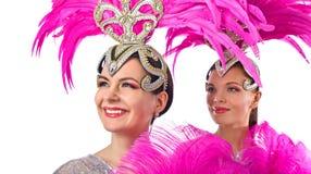 Красивые танцоры кабаре в костюмах со стразами и пурпурными пер изолированными на белизне стоковое фото rf