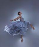 Красивые танцы балерины в голубом длинном платье Стоковое Изображение