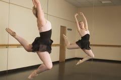 Красивые танцы балерины перед зеркалом стоковые фото