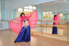 Красивые танцы женщины в арабском танце костюма, oriental или живота Стоковые Фото