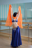 Красивые танцы женщины в арабском танце костюма, oriental или живота Стоковые Фотографии RF