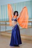 Красивые танцы женщины в арабском танце костюма, oriental или живота Стоковая Фотография RF