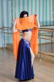 Красивые танцы женщины в арабском танце костюма, oriental или живота Стоковая Фотография