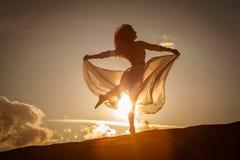 Красивые танцы женщины на заходе солнца стоковое изображение rf