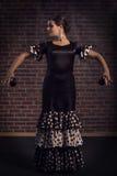 Красивые танцы женщины фламенко с кастанеттами Стоковое Изображение RF