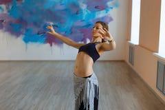 Красивые танцы на движении, племенное сплавливание танцора девушки стоковая фотография rf