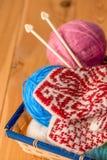 Красивые теплые mittens и корзина потока Стоковое Изображение RF