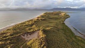 Красивые травянистые дюны на ирландском западном побережье в выравниваясь виде с воздуха стоковые изображения rf