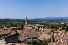 красивые традиционные крыши архитектуры и далекие горы стоковое фото rf
