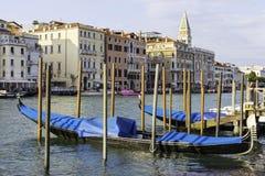 Красивые традиционные черные гондолы около грандиозного канала в Венеции, Италии Стоковые Фото
