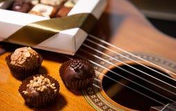 Красивые трюфеля на предпосылке гитары Стоковое Изображение RF