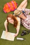 Красивые туристские дамы лежа на зеленой траве Стоковые Изображения RF