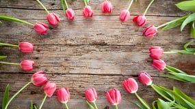 Красивые тюльпаны в розовом пастельном цвете на деревянной предпосылке, верхней стоковые изображения
