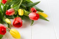 Красивые тюльпаны весны на белой таблице Стоковое Изображение