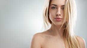 Красивые уверенно оскалы женщины стоковое изображение rf