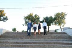 Красивые уверенно люди, 2 мальчика и 2 девушки, усмехаясь, hol Стоковое Изображение