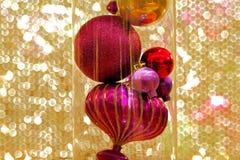Красивые украшения рождества против золотого вышитого бисером занавеса Стоковое Фото