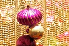 Красивые украшения рождества против золотого вышитого бисером занавеса Стоковые Фото