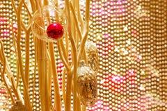 Красивые украшения рождества против золотого вышитого бисером занавеса Стоковые Изображения RF