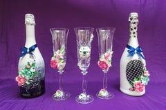 Красивые украшенные wedding стекла с шампанским бутылки Стоковое фото RF
