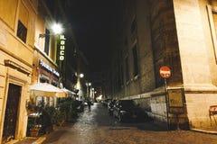 Красивые улицы Рима с старыми зданием и аркой Одна персона гуляя на улице Стоковая Фотография