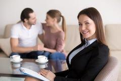 Красивые усмехаясь женские психолог или консультант и счастливый em стоковое изображение rf