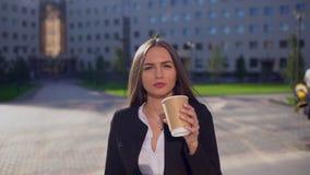 Красивые усмехаясь кавказские коммерсантка или студентка, женщина смотря камеру, профессиональный женский юриста внутри акции видеоматериалы
