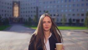 Красивые усмехаясь коммерсантка или студентка, женщина смотря камеру, профессиональный женский юриста в современном костюме сток-видео