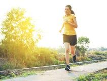 Красивые усмехаясь тайские женщины, который побежали и jogging на следе п стоковые фотографии rf