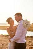 Красивые усмехаясь человек и женщина пар в outdoo платьев белизны Стоковая Фотография