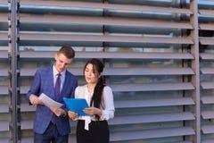 Красивые успешные молодой человек и женщина, бизнесмены, студенты Стоковые Изображения RF