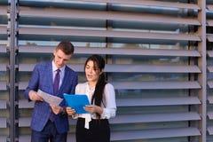 Красивые успешные молодой человек и женщина, бизнесмены, студенты Стоковое фото RF