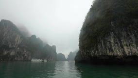 Красивые утесы в заливе Halong на пасмурный дождливый день акции видеоматериалы