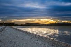 Красивые лучи солнца на сумраке Стоковые Фотографии RF