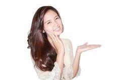 Красивые улыбка и показывать женщины стоковая фотография