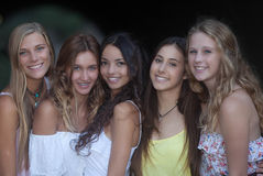 Красивые улыбки, усмехаясь группа в составе девушки стоковые фотографии rf