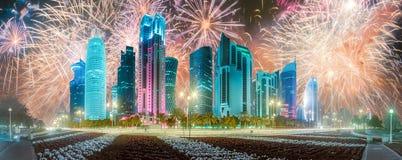 Красивые фейерверки над западными заливом и городом Дохи, Катаром стоковая фотография rf