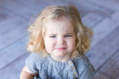 Красивые хмурые взгляды девушки малыша ¡ Ð теряет-вверх портрет Крытое фото Стоковые Изображения