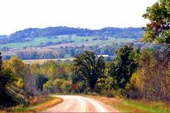 Красивые холм и сельскохозяйственное угодье завальцовки Стоковая Фотография