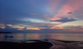 Красивые цвета во время захода солнца на море Бали Стоковая Фотография RF