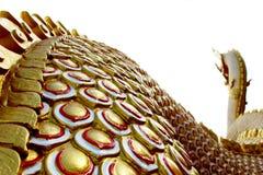 Красивые цвета красного цвета и золота Praya Nark или Naga в тайском виске с красочным влиянием пирофакела неба и солнца на време Стоковые Фото
