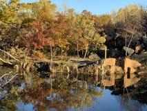 Красивые цвета падения на парке карьера стоковое фото rf