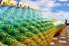 Красивые цвета радуги Praya Nark или Naga в тайском виске с красочным влиянием пирофакела неба и солнца на времени восхода солнца Стоковые Изображения RF