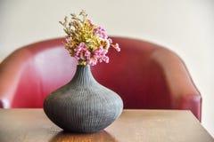 Красивые цветки букета в живущей комнате стоковые фото