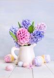 Красивые цветки весны и покрашенные яичка Стоковое Фото